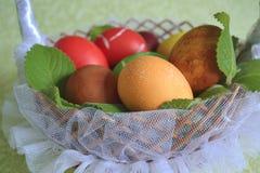 在一个篮子的鸡蛋用薄菏 免版税库存图片