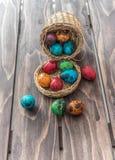 在一个篮子的鹌鹑蛋在木背景 免版税图库摄影