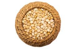 在一个篮子的黄豌豆在白色背景 库存照片
