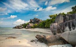 在一个精妙的热带海滩的异常的岩层 免版税库存照片