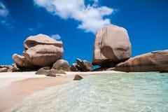 在一个精妙的热带海滩的异常的岩层 库存照片