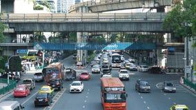 在一个繁忙的交叉点的运输流量在大都会 在交叉路的汽车通行在城市的商业中心 股票录像