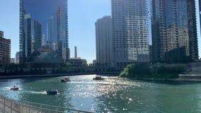 在一个繁忙的夏天晚上期间,在芝加哥河的壅塞许多条不同的小船互相通过 股票录像