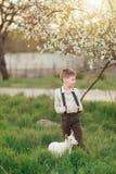 在一个繁茂花园和山羊男孩里 免版税库存图片