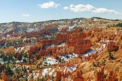 在一个红色岩石峡谷的春天雪 免版税库存照片