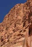 在一个红色岩石峡谷的被布满痘痕的峭壁 免版税库存图片