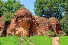 在一个红色岩石的老鹰在Kislovodsk,俄罗斯 免版税库存图片