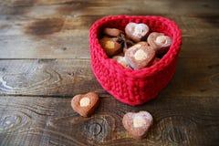 在一个红色心形的篮子的心形的曲奇饼在与拷贝空间的木背景文本的 免版税库存照片