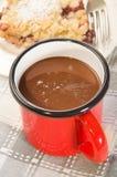 在一个红色搪瓷杯子的热巧克力 图库摄影