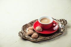 在一个红色杯子的咖啡 免版税库存照片