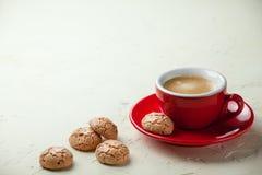 在一个红色杯子的咖啡 库存图片
