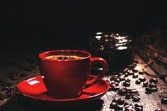 在一个红色杯子的无奶咖啡,黑背景 免版税图库摄影