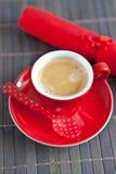 在一个红色杯子的浓咖啡 免版税库存照片