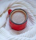 在一个红色杯子的热巧克力 免版税库存照片