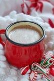 在一个红色杯子的热巧克力 库存图片