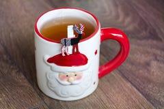 在一个红色杯子的热的冬天茶有圣诞节鹿的 免版税库存图片