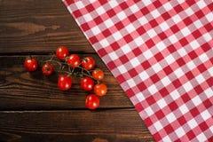 在一个红色桌布细胞的西红柿 库存图片