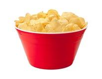 在一个红色碗的土豆片 免版税库存图片