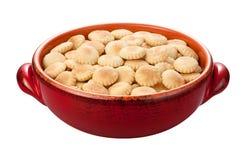 在一个红色碗的牡蛎饼干 库存图片