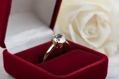 在一个红色礼物盒的钻石婚圆环 免版税图库摄影