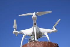 在一个红色立场的Quadrocopter DJI幽灵4反对蓝天 库存图片