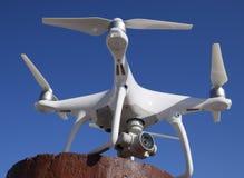 在一个红色立场的Quadrocopter DJI幽灵4反对蓝天 免版税库存照片