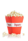 在一个红色箱子的玉米花 图库摄影