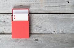 在一个红色箱子的纸牌 库存图片