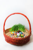 在一个红色篮子的复活节彩蛋 库存图片
