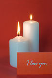 在一个红色背景的二个灼烧的蜡烛 库存图片