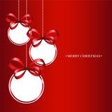 在一个红色背景的圣诞节球 库存图片