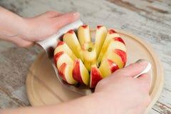 在一个红色苹果的一把刀子 免版税库存照片