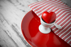 在一个红色蛋盘子的红色一心脏 图库摄影