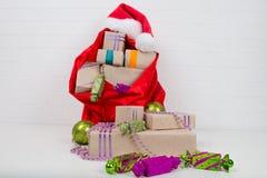 在一个红色袋子的礼物在桌上 免版税库存图片