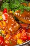 在一个红色调味汁下的肉 免版税库存图片