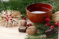 在一个红色陶瓷杯子的茶有圣诞节装饰的 库存照片