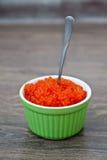 在一个红色鱼子酱的匙子 免版税库存照片