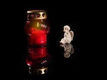 在一个红色玻璃烛台的灼烧的蜡烛 免版税图库摄影