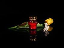 在一个红色玻璃烛台的灼烧的蜡烛 库存图片