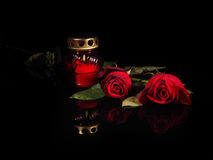在一个红色玻璃烛台的灼烧的蜡烛 免版税库存图片