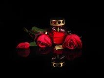 在一个红色玻璃烛台的灼烧的蜡烛 库存照片