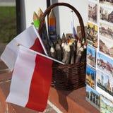 在一个纪念品店的铅笔和波兰人旗子在老镇华沙 免版税库存图片