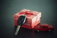 在一个纸箱的汽车钥匙有红色丝带弓的 库存照片