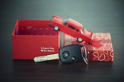 在一个纸箱的汽车钥匙有红色丝带弓的 免版税库存照片