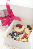 在一个纸箱的蓝莓可口杯形蛋糕 图库摄影