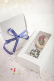 在一个纸箱的蓝莓可口杯形蛋糕 免版税库存图片