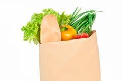 在一个纸袋的新鲜的健康杂货 库存照片