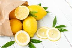 在一个纸袋的柠檬 库存图片