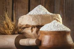 在一个纸袋的自然,有机,整粒麦子膳食 库存照片