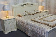 在一个经典样式的豪华卧室家具 免版税库存图片